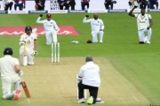 इंग्लंड-विंडीजच्या खेळाडूंनी मैदानावर गुडघे टेकून केला वर्णद्वेषाचा निषेध