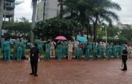 आदित्य बिर्ला रुग्णालयच्या आरोग्य सेवकांचे भर पावसात आंदोलन