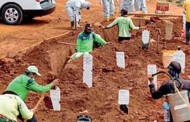 इंडोनेशियात कबर खोदणारे कमी; मास्क न लावणाऱ्यांना शिक्षा दिली- कोरोनाने मेलेल्या लोकांसाठी कबर खोदा