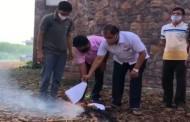 राजू शेट्टींनी घरासमोरच पेटवली कृषी विधेयकांची होळी