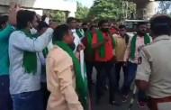 कर्नाटक-तमिळनाडू महामार्गावरील बोम्मनहल्लीजवळ शेती विधेयकांविरोधात शेतकरी संघटनेचे तीव्र आंदोलन