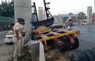 मेट्रोची ट्रेन कोसळून एका महिलेचा जागीच मृत्यू, क्रेनचेही दोन तुकडे