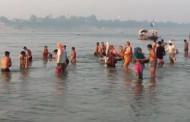 शरद पौर्णिमेच्या निमित्ताने गंगा नदी मध्ये स्नान करण्यासाठी भाविकांची गर्दी