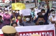दिल्लीत हिंदू राव हॉस्पिटलच्या बाहेर स्थानिक डॉक्टरांची तुफान गर्दी, गेल्या काही महिन्यांचा पगार न दिल्याच्या विरोधात तीव्र आंदोलन