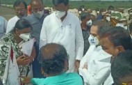 मुख्यमंत्री सोलापूर मधील पूरग्रस्तांच्या भेटीला; रामपूर, खुर्द मध्ये काही शेतकर्यांना मदतीचे धनादेश सुपूर्त