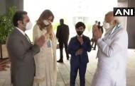 पंतप्रधान नरेंद्र मोदी यांचे सीरम इन्स्टिट्यूटचे प्रमुख आदर पुनावाला यांच्याकडून स्वागत, मोदींनी घेतला लसीच्या प्रगतीचा आढावा