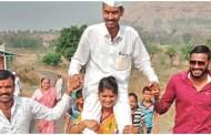 ग्रामपंचायत निवडणूक: ग्रामपंचायत निवडणूक जिंकलेल्या पतीची पत्नीने खांद्यावरून मिरवणूक काढली