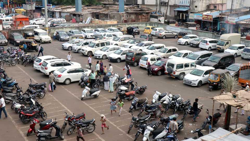 पिंपरी-चिंचवडमध्ये  'पे अँड पार्क' बनला गोरखधंदा