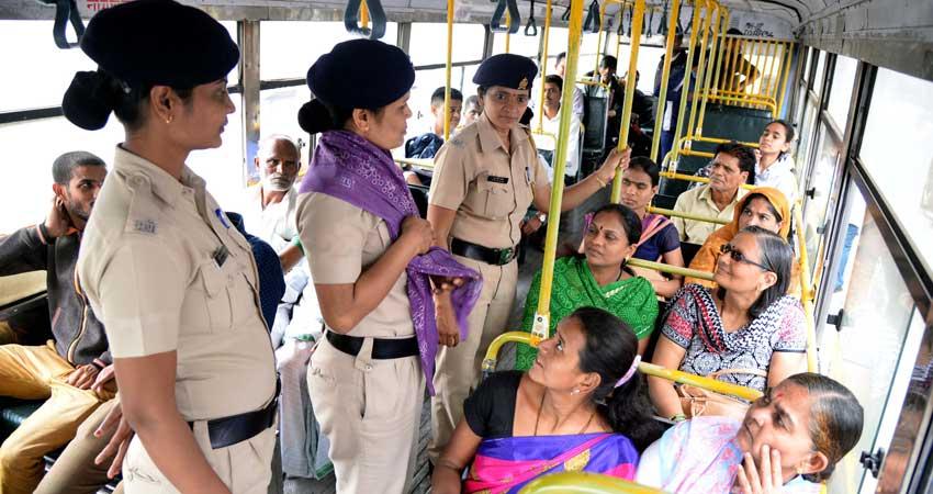 """सोनसाखळी चोरी, पाकीटमारीला आळा घालण्यासाठी पोलिसांची """"पीएमपी"""" बसमध्ये जनजागृती"""