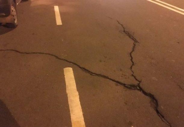 मुंबईतील ग्रँट रोड स्थानकाजवळील पुलाला तडे