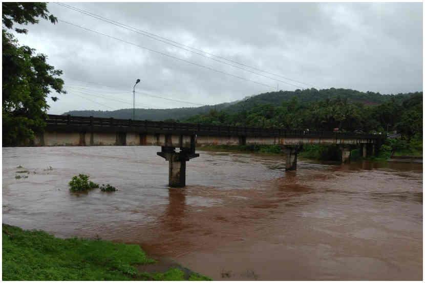 जगबुडी नदीच्या पाणीपातळीत वाढ, मुंबई-गोवा महामार्गावरील वाहतूक रोखली