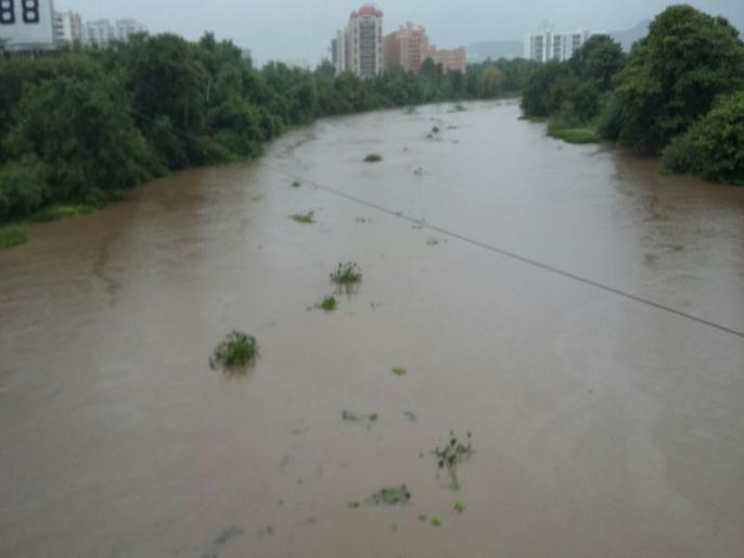 पूराच्या पाण्याने नदी पात्रातील जलपर्णी गेली वाहून
