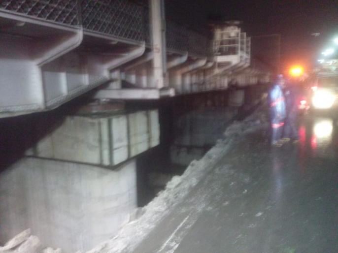 जुन्या संगम पुलाचा कठडा तोडून ट्रक नदीपात्रात कोसळला, दोघांचा मृत्यू