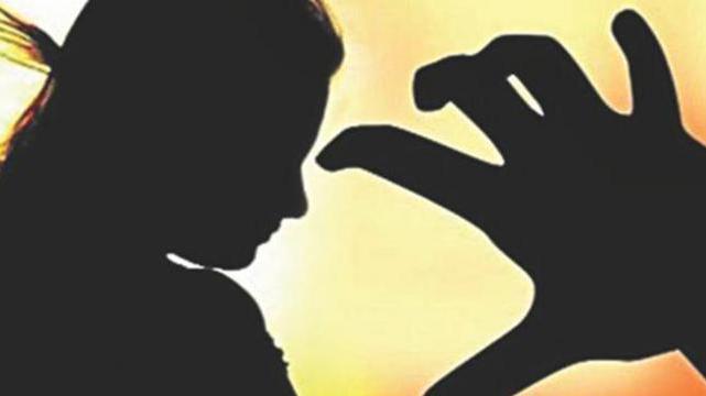 बिहार मधील विद्यार्थिनीवर मुख्याध्यापकासह 18 जणांचा बलात्कार