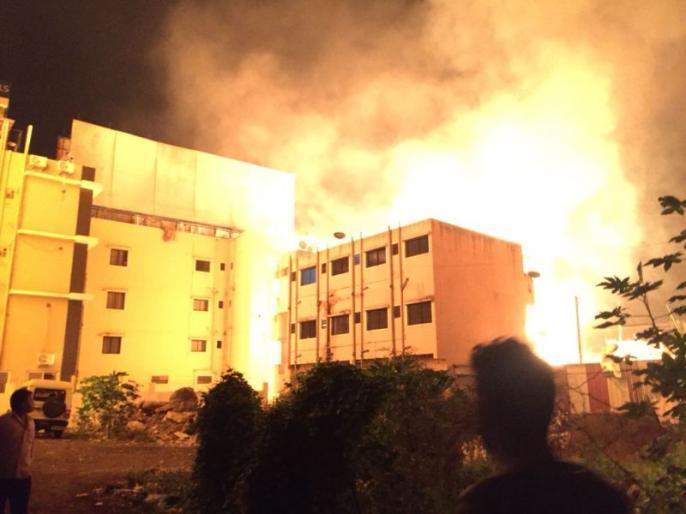 केमिकलनं भरलेल्या टँकर दुभाजकाला धडकून भीषण आग ; पहा व्हिडिआे