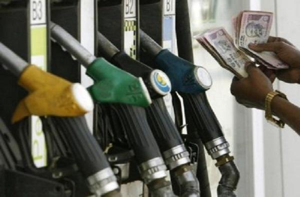 पुणे, पिंपरी-चिंचवड परिसरात पेट्रोल-डिझेल बंदी ; जिल्हाधिकाऱ्यांचे आदेश
