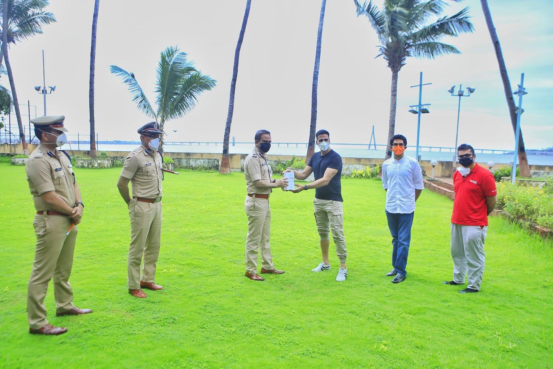अभिनेता अक्षय कुमारकडून मुंबई पोलिसांसाठी फिटनेस सांगणारं घड्याळ गिफ्ट