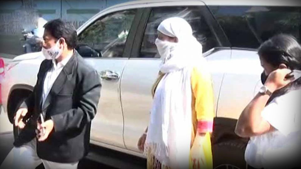 धनंजय मुंडेंविरोधात तक्रार केलेली रेणू शर्मा पुन्हा पोलिस ठाण्यात दाखल